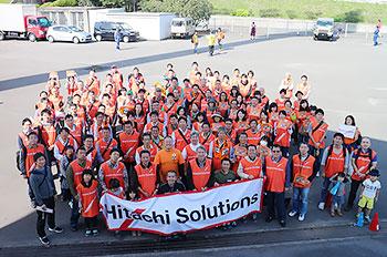 [写真]第36回大分国際車いすマラソン大会、日立ソリューションズ応援団と長田選手、久保選手