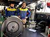 [写真]オーエックスエンジニアリングの小澤さん、古藤田さんと新しいレーサー