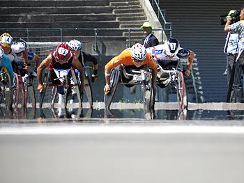 [写真]はまなす車いすマラソン大会2位の久保恒造。副島選手とローテーションをしながら洞ノ上選手を追う