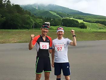 [写真]ガッツポーズの新田佳浩選手と長濱一年