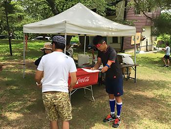 [写真]表彰式で賞状を受け取る新田佳浩選手