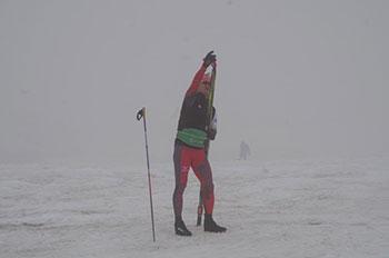 [写真]雨・霧中でトレーニングする新田佳浩選手