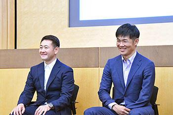 [写真]活動報告会にて壇上の長濱監督と新田選手