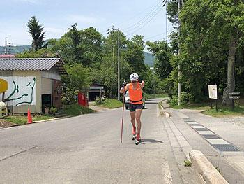 [写真]ローラースキートレーニングをする新田選手