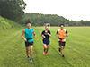 [写真]緑の中でトレーニング
