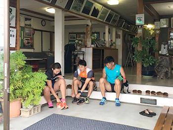 [写真]トレーニングに出発、旅館玄関で