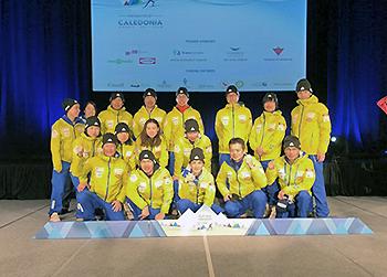 [写真]川除選手のメダル獲得を讃える日本チーム
