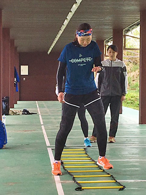 [写真]阿部選手のラダートレーニング