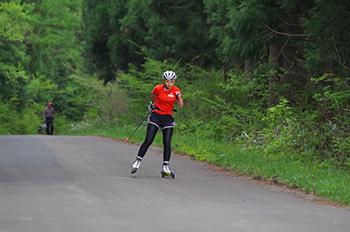 [写真]阿部選手のローラースキートレーニング