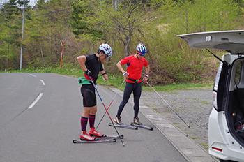 [写真]新田選手のローラースキートレーニング
