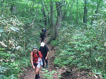 [写真]岩手山登山トレーニング途中の様子