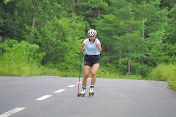 [写真]阿部選手のローラー滑走