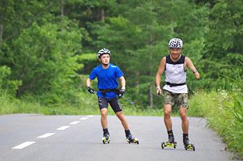 [写真]新田選手、川除選手のローラー滑走