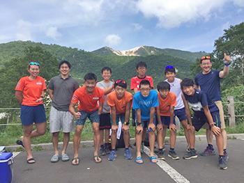 [写真]倶知安高・中学スキー部員たちと記念撮影