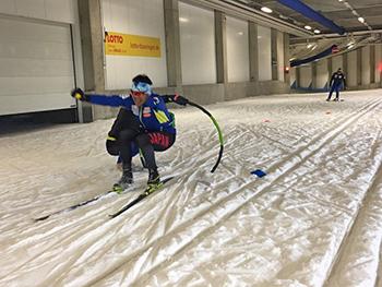 [写真]スキーホール内で新田選手のスキーエクササイズ