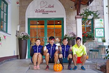 [写真]宿泊ホテル前にて記念撮影 右は今回トレーニングパートナーを務めてくれた藤田さん