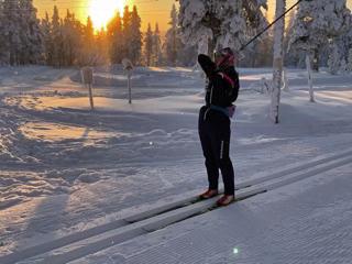 [写真]阿部選手を照らすほぼ地平線上の太陽