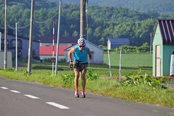[写真]新田選手のローラー・トレーニング