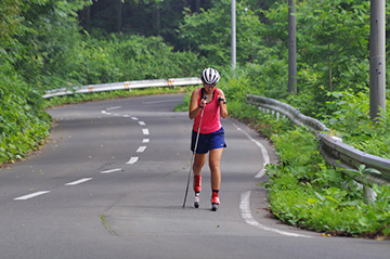 [写真]八甲田峠上りを力走する阿部選手