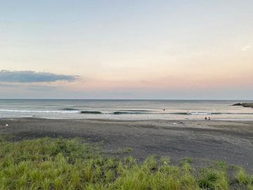 [写真]日没を迎える三沢ビーチ