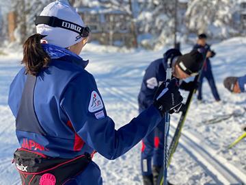 [写真]トレーニング前の準備に取りかかる阿部選手