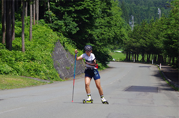 [写真]ダイナミックに滑走する阿部選手