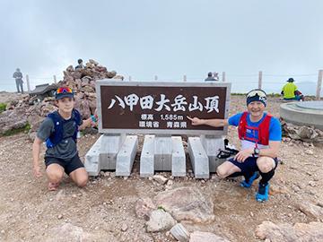 [写真]八甲田大岳山頂にて川除選手と記念撮影