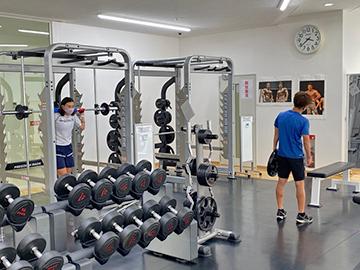 [写真]阿部選手と川除選手のフィジカルトレーニング