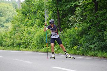 [写真]丁寧に路面をキックし滑走する阿部選手