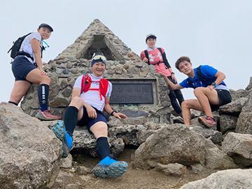 [写真]山頂にて記念撮影