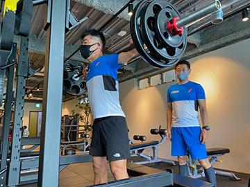 [写真]ジムでのウェイトトレーニングに励む新田佳浩選手