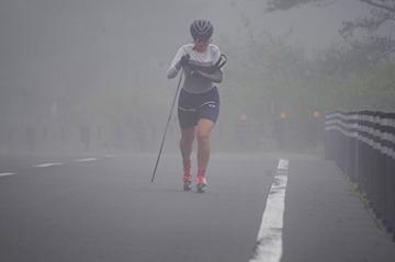[写真]霧の中を走行する阿部選手