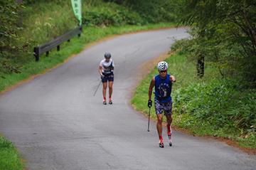 [写真]標高2,000m付近を走行する新田選手と阿部選手