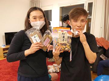 [写真]CO・OP様からの提供食材を手にする阿部選手と川除選手