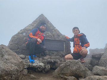 [写真]川除選手と岩木山山頂にて