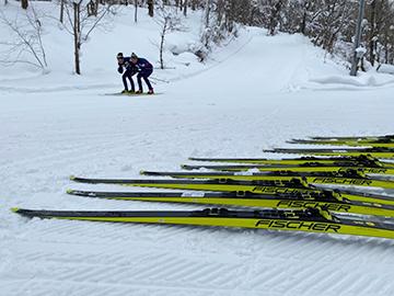 [写真]繰り返し行うスキーテストの様子・左側(佐藤コーチ)右側(長濵)