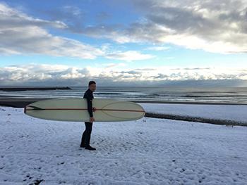 [写真]11.24遠征前 最後の乗り納めサーフィン(辺りは雪景色)