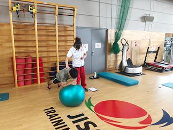 [写真]JISSで新田選手のトレーニング