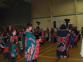 [写真]伝統的なダンスの様子