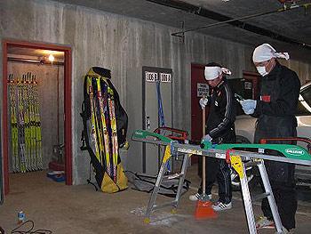 [写真]地下の駐車場で作業中のワックスマン