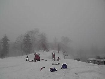 [写真]雪が降り積もっている旭岳
