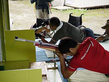 [写真]久保選手と並んで射撃