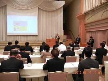 [写真]円和会ではまなす車いすマラソンのPRをする長田弘幸