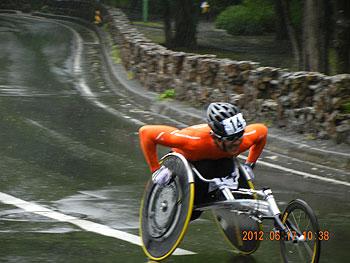 [写真]2012はまなす全国車いすハーフマラソン大会、最後の上り坂を走る長田弘幸