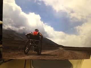 [写真]特製の車いすで登る