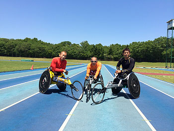 [写真]千歳市の陸上競技場で松永選手と広道選手と長田選手