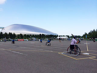 [写真]札幌ドームの駐車場で第2回全日本車椅子ソフトボール選手権大会