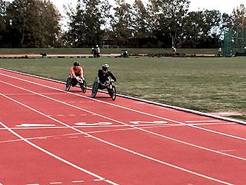 [写真]久保恒造と長田弘幸、網走市の陸上競技場でトレーニング