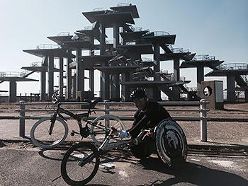 [写真]富津岬の明治百年記念展望塔を背景に加納号と長田弘幸