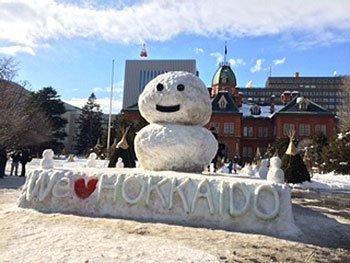 [写真]2月の道庁前、雪だるま